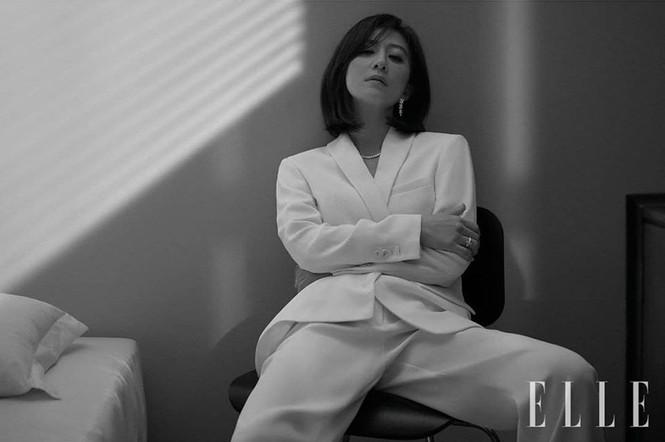 Bà cả 'Thế giới hôn nhân' Kim Hee Ae mặn mà gợi cảm ở tuổi 54 - ảnh 18