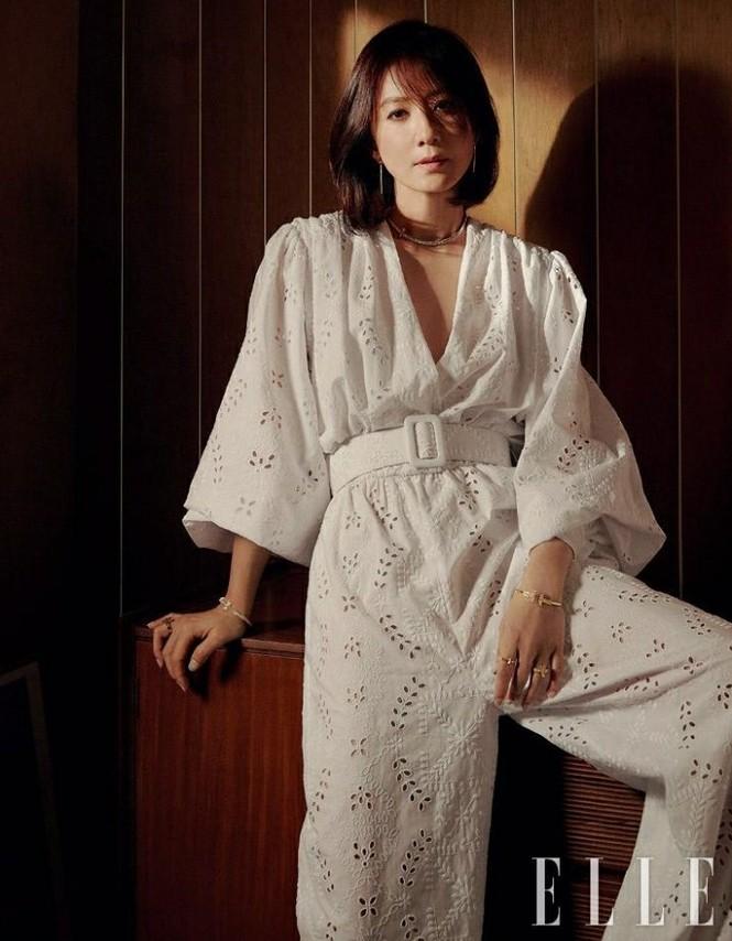 Bà cả 'Thế giới hôn nhân' Kim Hee Ae mặn mà gợi cảm ở tuổi 54 - ảnh 16