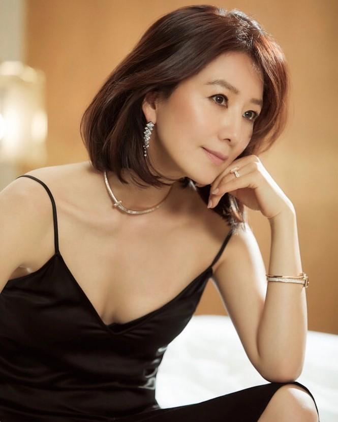Bà cả 'Thế giới hôn nhân' Kim Hee Ae mặn mà gợi cảm ở tuổi 54 - ảnh 4