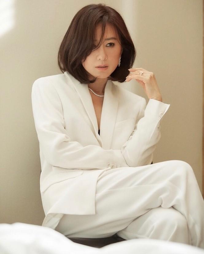 Bà cả 'Thế giới hôn nhân' Kim Hee Ae mặn mà gợi cảm ở tuổi 54 - ảnh 14