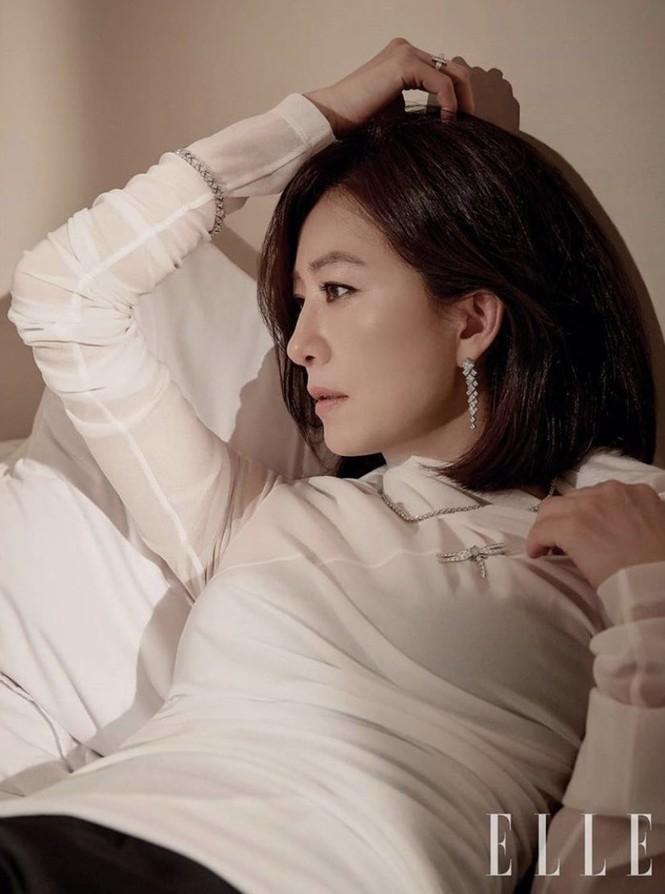 Bà cả 'Thế giới hôn nhân' Kim Hee Ae mặn mà gợi cảm ở tuổi 54 - ảnh 15