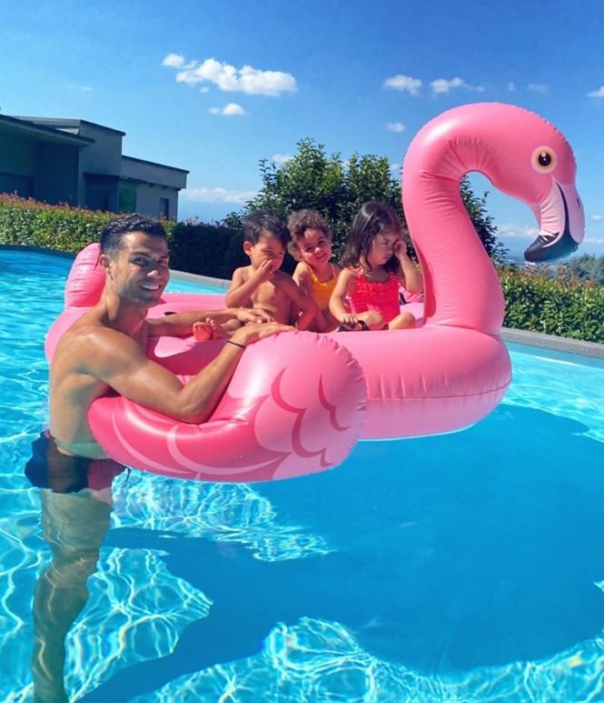 Bạn gái Ronaldo thả dáng tròn đầy nóng bỏng trên biển - ảnh 8