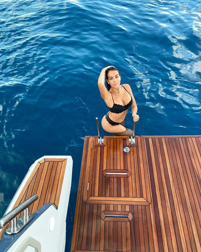 Bạn gái Ronaldo thả dáng tròn đầy nóng bỏng trên biển - ảnh 1