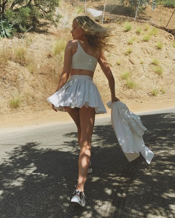 Elsa Hosk mặc váy ngắn tôn chân dài eo thon như 'búp bê Barbie sống' - ảnh 5