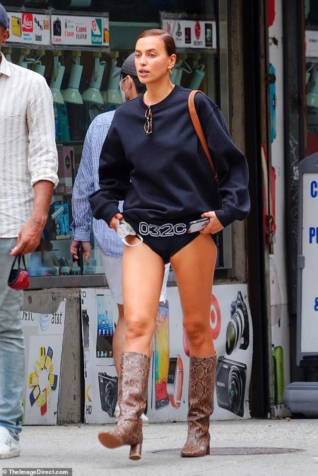 Irina Shayk diện mốt 'giấu quần' tôn chân thon dài - ảnh 1
