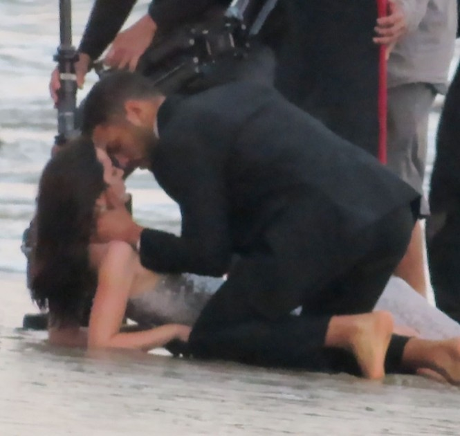 'Bond Girl' Ana De Armas 'khóa môi' tình tứ trai lạ trên biển - ảnh 12