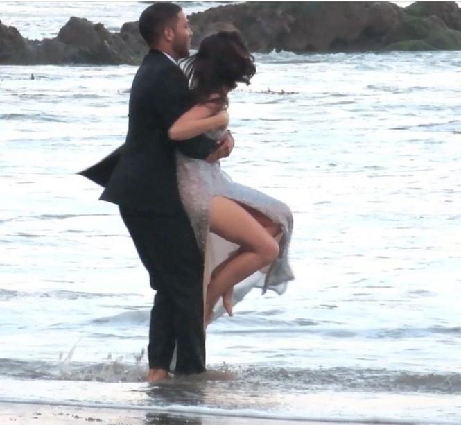 'Bond Girl' Ana De Armas 'khóa môi' tình tứ trai lạ trên biển - ảnh 10