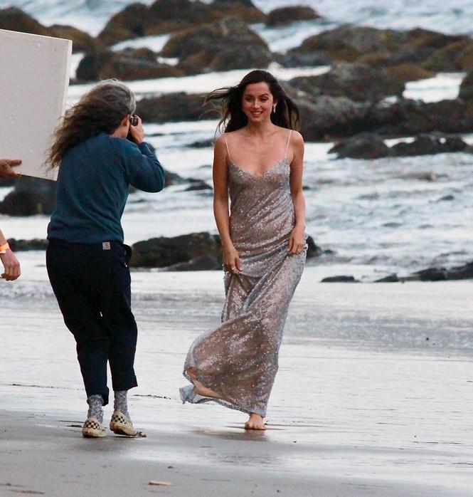 'Bond Girl' Ana De Armas 'khóa môi' tình tứ trai lạ trên biển - ảnh 5
