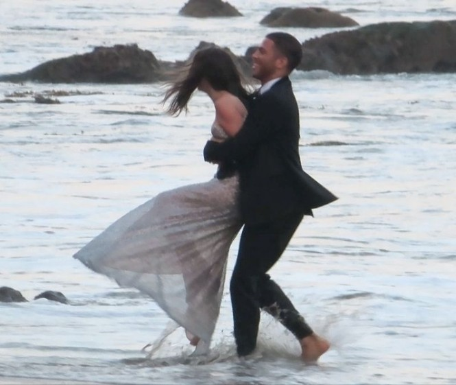 'Bond Girl' Ana De Armas 'khóa môi' tình tứ trai lạ trên biển - ảnh 7