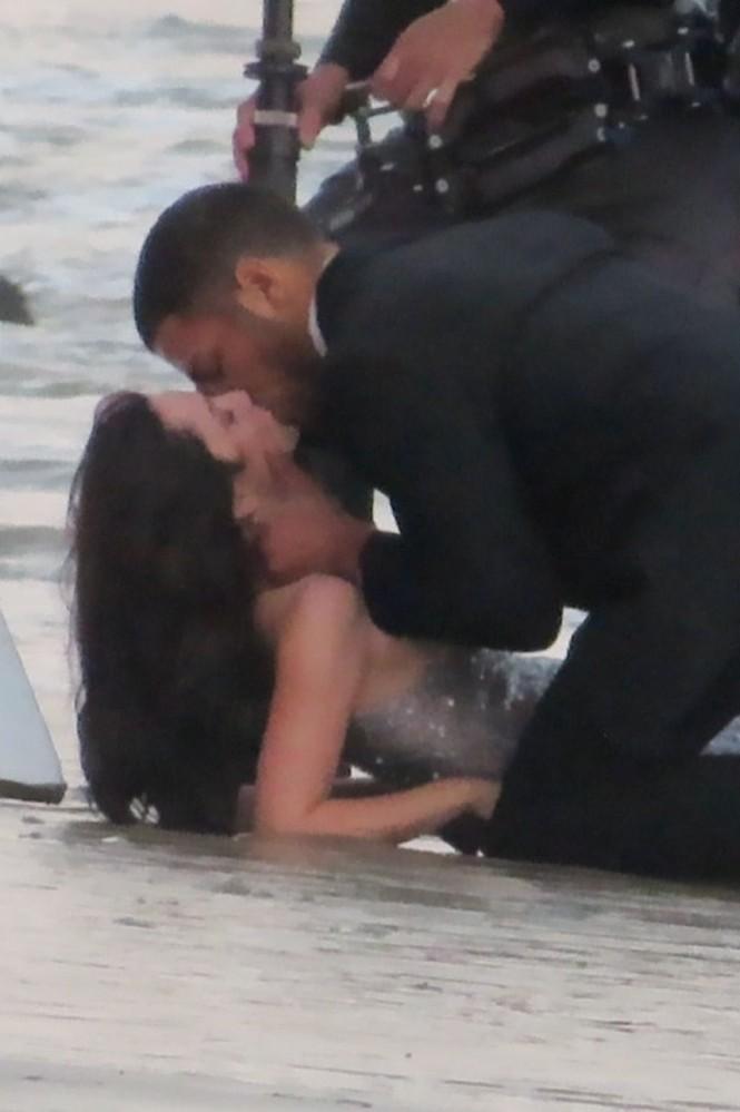 'Bond Girl' Ana De Armas 'khóa môi' tình tứ trai lạ trên biển - ảnh 13