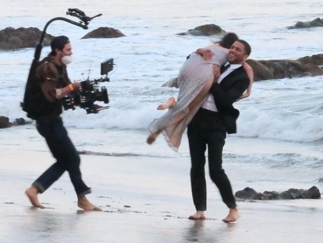 'Bond Girl' Ana De Armas 'khóa môi' tình tứ trai lạ trên biển - ảnh 9