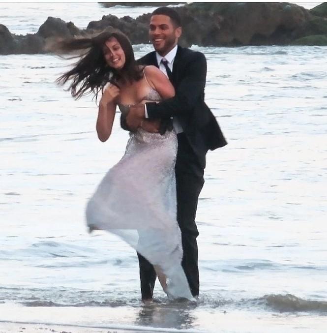 'Bond Girl' Ana De Armas 'khóa môi' tình tứ trai lạ trên biển - ảnh 8