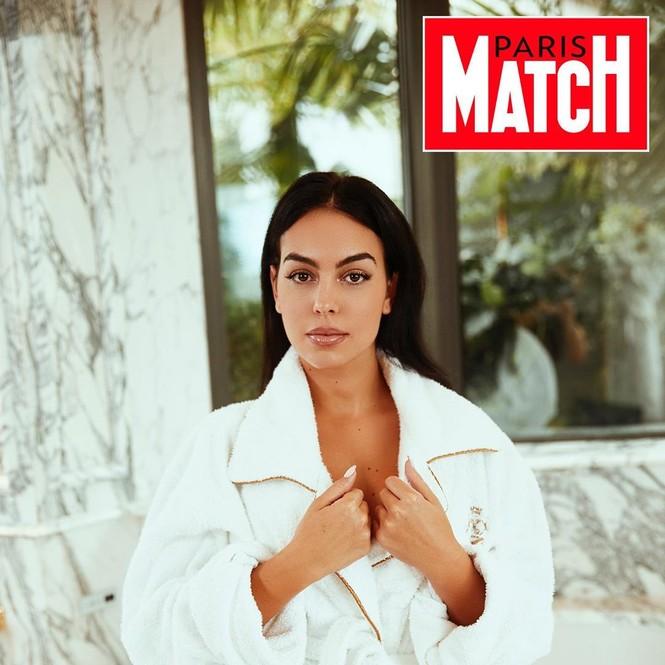 Bạn gái Ronaldo táo bạo khoác áo xẻ cao 'bất tận' - ảnh 7