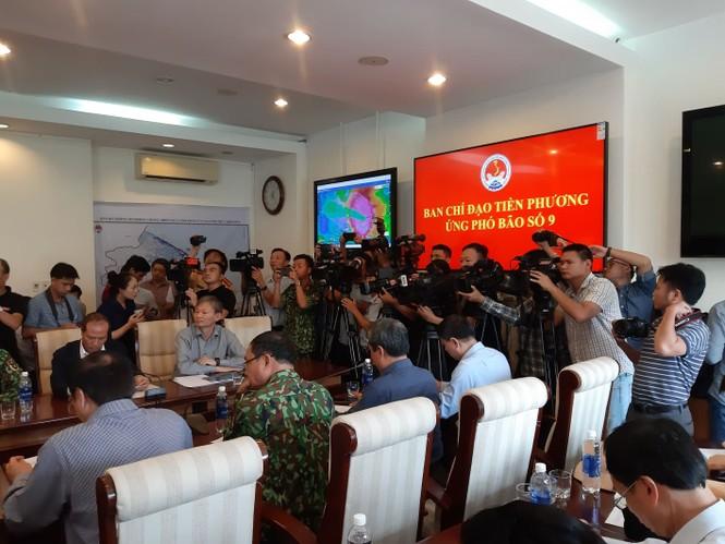 Từ 20 giờ tối nay, Đà Nẵng yêu cầu người dân không ra khỏi nhà để tránh bão số 9 - ảnh 32