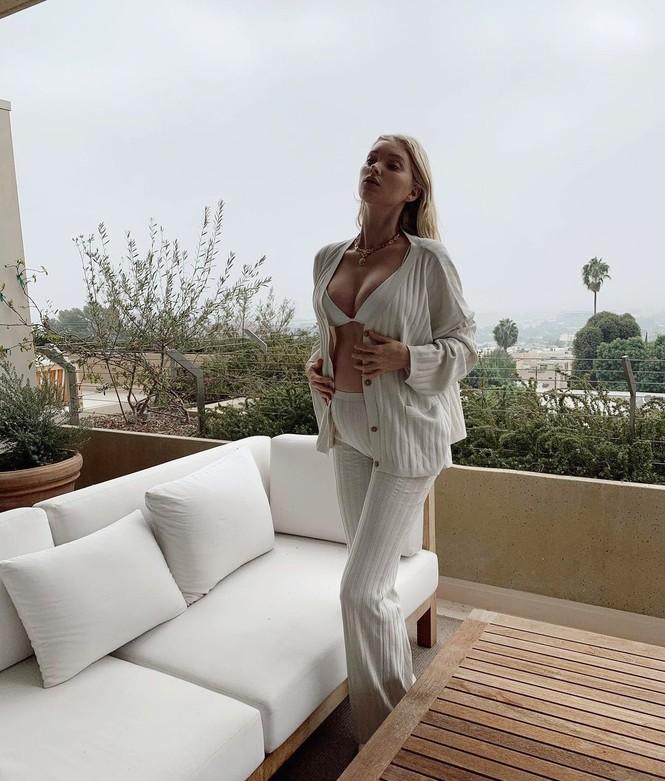 Thiên thần nội y Elsa Hosk mặc bikini khoe bụng bầu ở biển  - ảnh 7