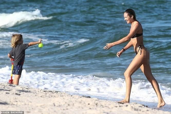 Thiên thần nội y Nam Phi gợi cảm hút hồn tắm biển Miami - ảnh 7