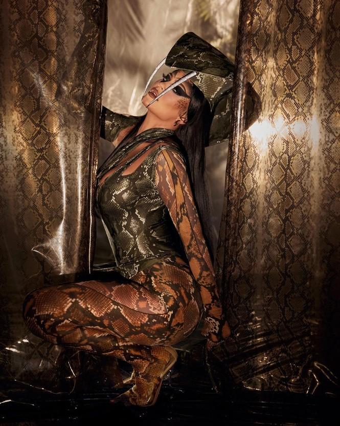 Paris Hilton đẹp hút hồn trong trang phục Halloween như áo tắm - ảnh 12