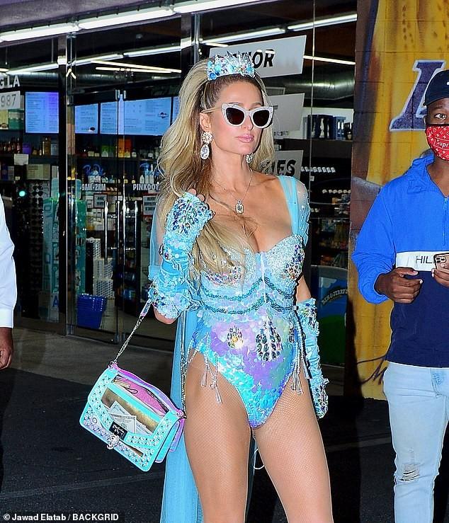 Paris Hilton đẹp hút hồn trong trang phục Halloween như áo tắm - ảnh 5