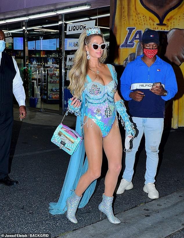 Paris Hilton đẹp hút hồn trong trang phục Halloween như áo tắm - ảnh 6
