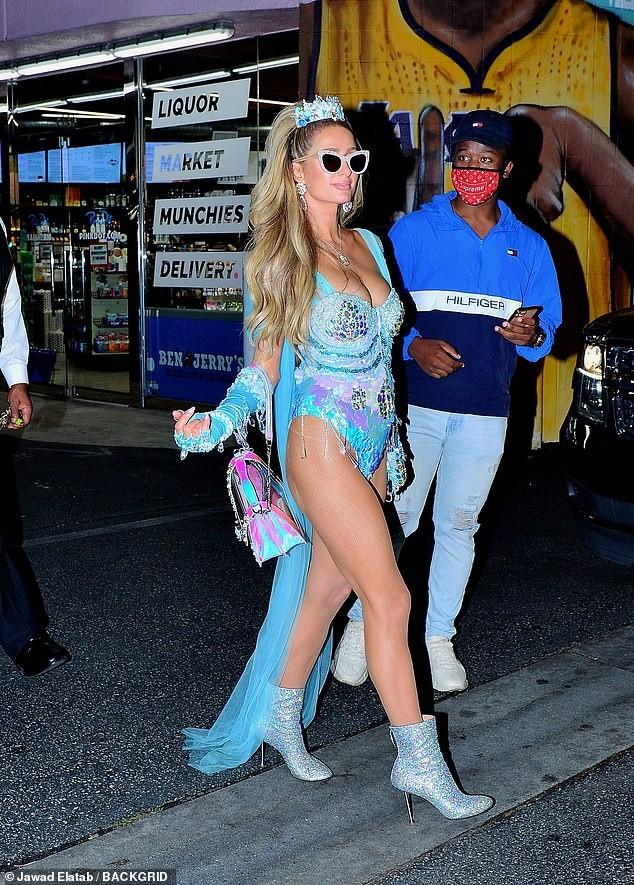 Paris Hilton đẹp hút hồn trong trang phục Halloween như áo tắm - ảnh 7