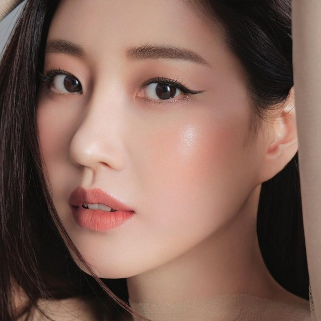 Hoa hậu Hàn Quốc khoe chân thon với váy xẻ cao táo bạo - ảnh 15