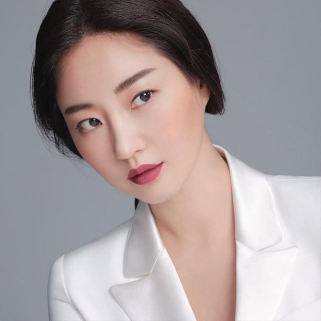 Hoa hậu Hàn Quốc khoe chân thon với váy xẻ cao táo bạo - ảnh 16
