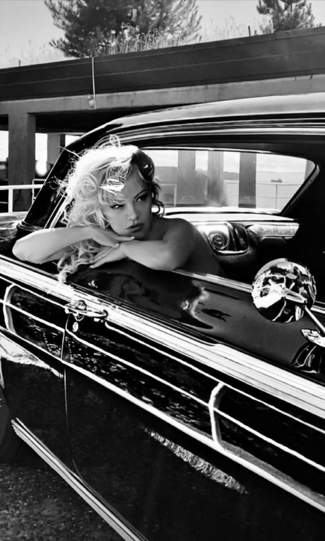 Pamela Anderson U60 vẫn xứng danh 'bom gợi cảm' - ảnh 9