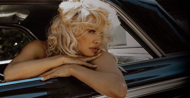 Pamela Anderson U60 vẫn xứng danh 'bom gợi cảm' - ảnh 7
