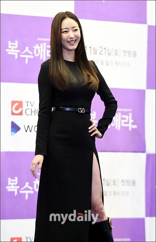 Hoa hậu Hàn Quốc khoe chân thon với váy xẻ cao táo bạo - ảnh 2