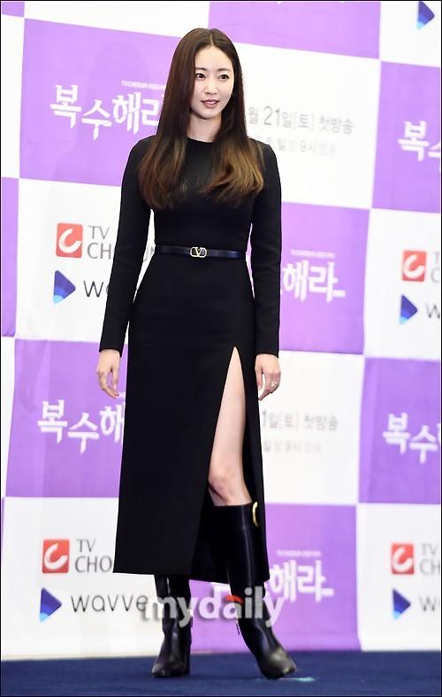 Hoa hậu Hàn Quốc khoe chân thon với váy xẻ cao táo bạo - ảnh 4