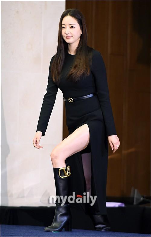 Hoa hậu Hàn Quốc khoe chân thon với váy xẻ cao táo bạo - ảnh 1