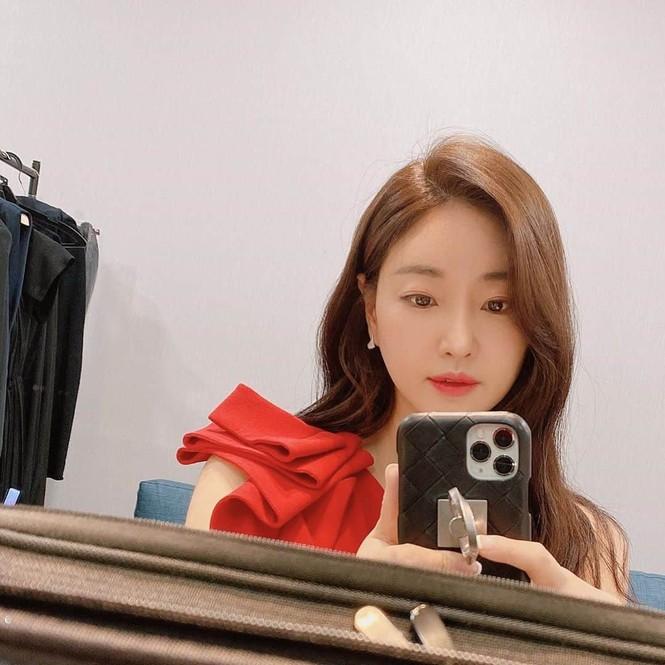 Hoa hậu Hàn Quốc khoe chân thon với váy xẻ cao táo bạo - ảnh 8