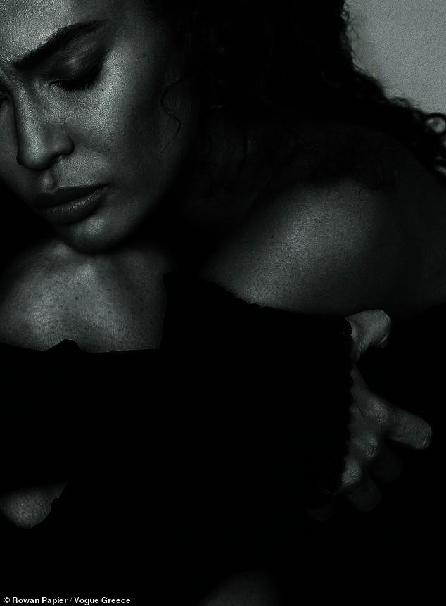 Irina Shayk cùng dàn mẫu quyến rũ hút hồn trên Vogue Hy Lạp - ảnh 7