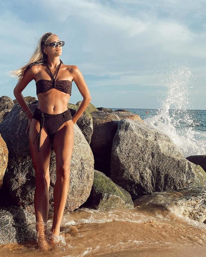 Siêu mẫu nội y cao 1m80 mặc bikini nhảy múa tưng bừng - ảnh 4