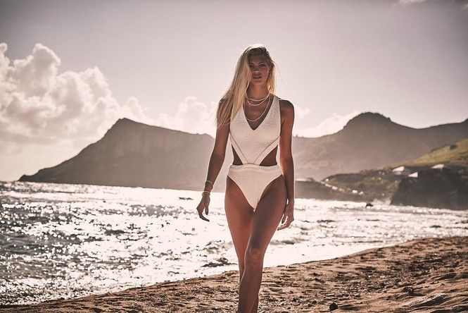Siêu mẫu nội y cao 1m80 mặc bikini nhảy múa tưng bừng - ảnh 1