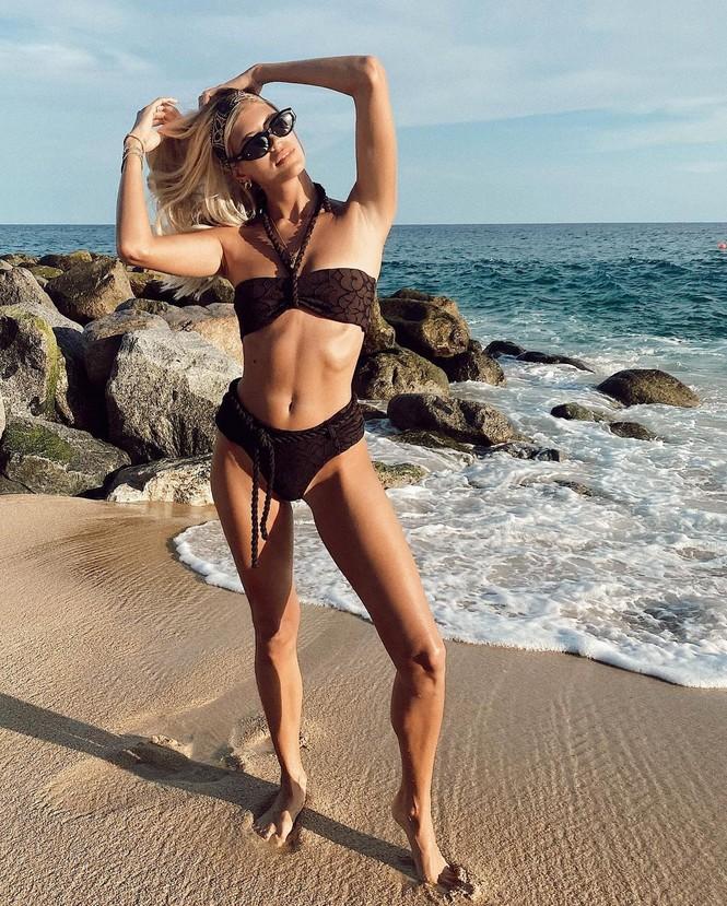 Siêu mẫu nội y cao 1m80 mặc bikini nhảy múa tưng bừng - ảnh 7