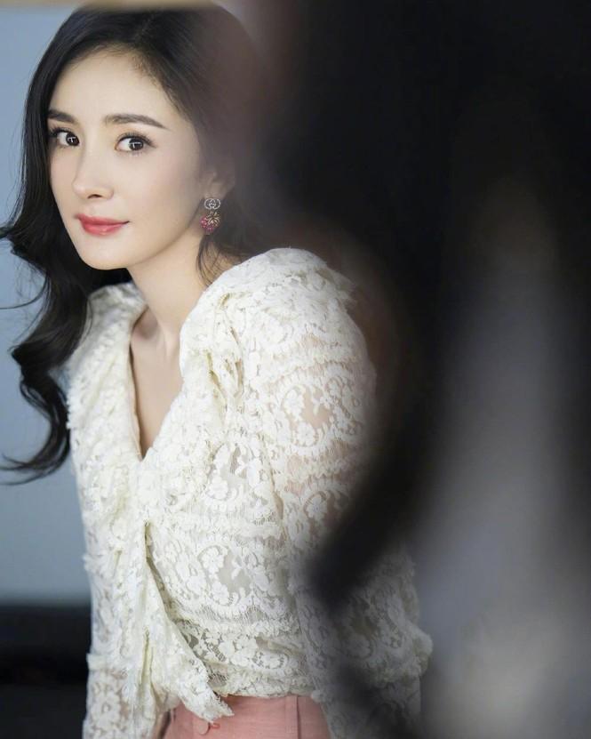 Xinh tươi như hoa, Dương Mịch khoe chân dài trứ danh trong clip mới - ảnh 20