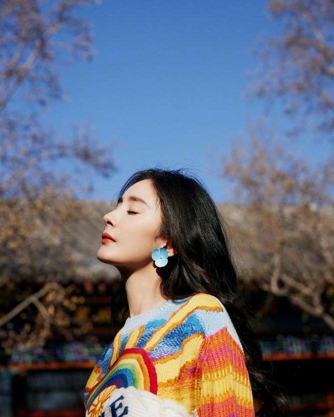Xinh tươi như hoa, Dương Mịch khoe chân dài trứ danh trong clip mới - ảnh 22