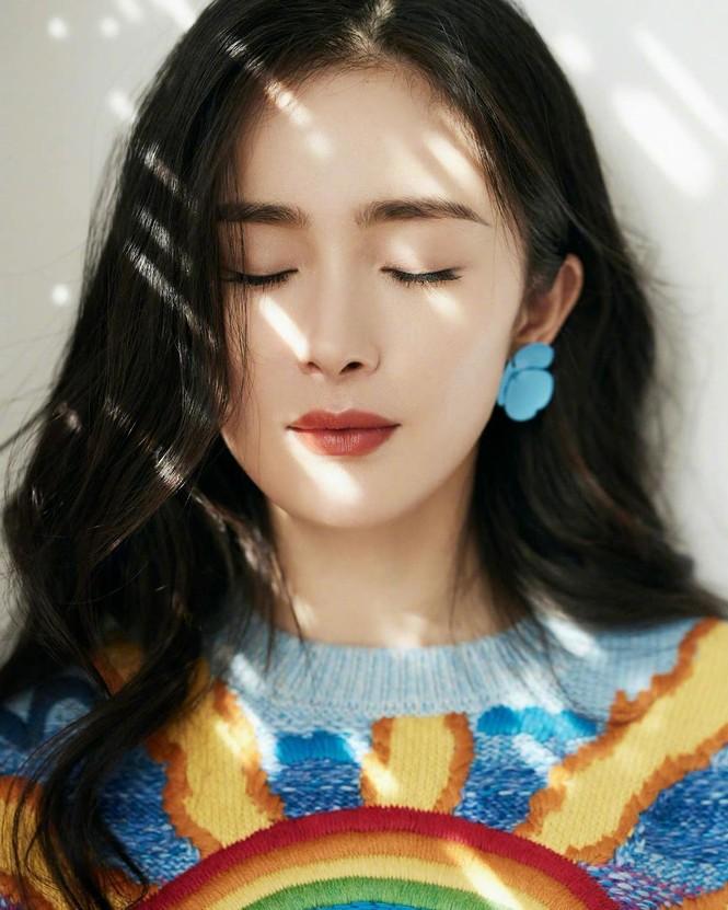 Xinh tươi như hoa, Dương Mịch khoe chân dài trứ danh trong clip mới - ảnh 24