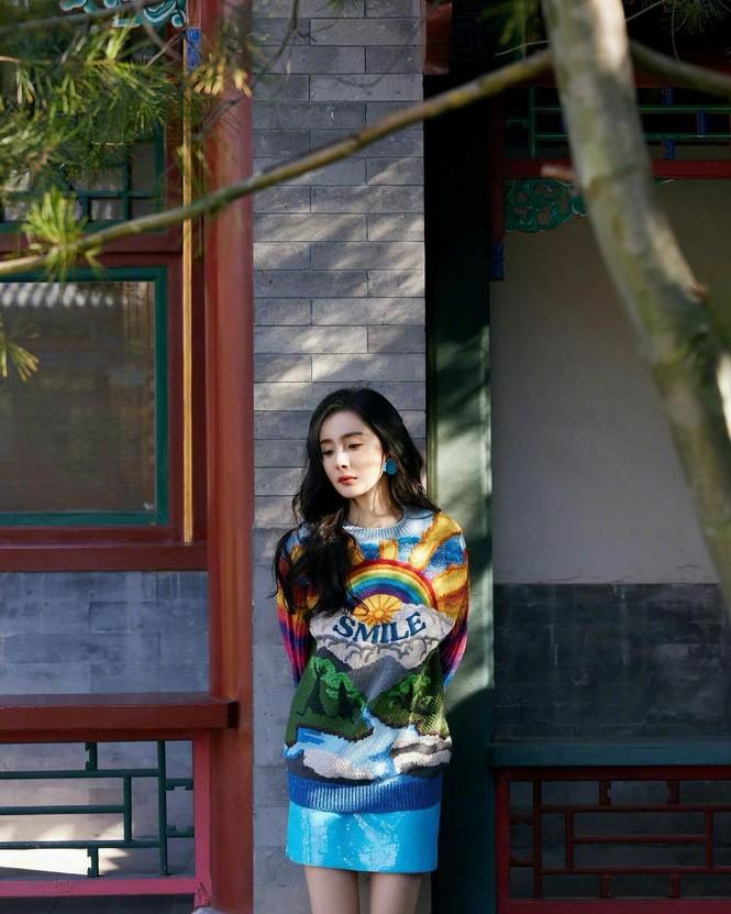 Xinh tươi như hoa, Dương Mịch khoe chân dài trứ danh trong clip mới - ảnh 25