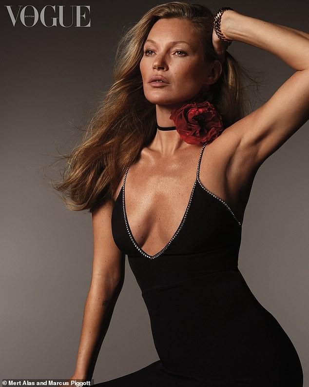 Kate Moss U50 diện váy khoét ngực sâu trẻ trung bất ngờ - ảnh 3