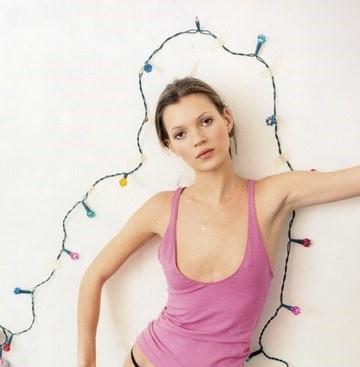 Kate Moss U50 diện váy khoét ngực sâu trẻ trung bất ngờ - ảnh 6
