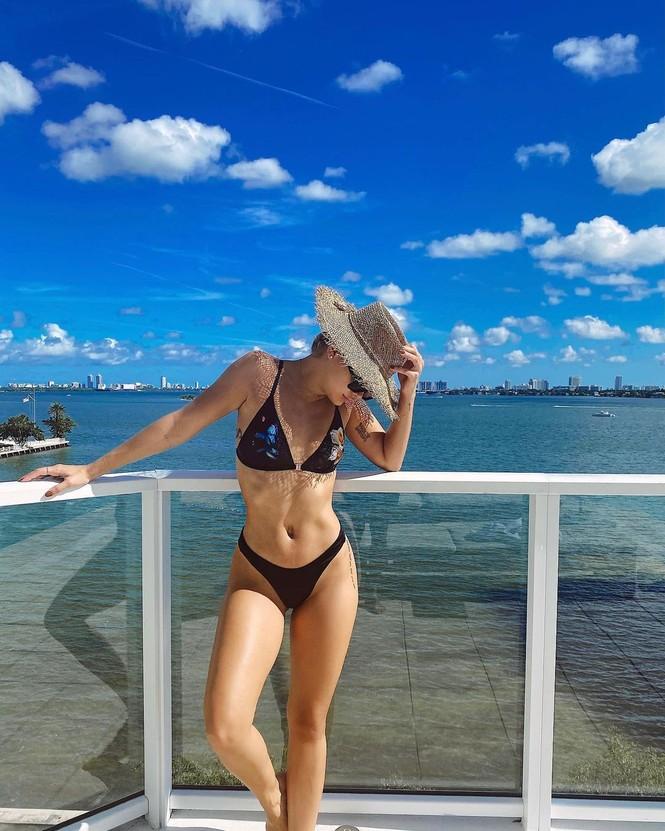 Mỹ nhân áo tắm Jasmine Sanders thả dáng tròn đầy ở biển Miami - ảnh 2