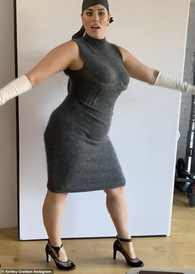 Người mẫu béo Ashley Graham tiết lộ bí quyết bảo hộ 'vòng 1' bằng... băng dính - ảnh 11