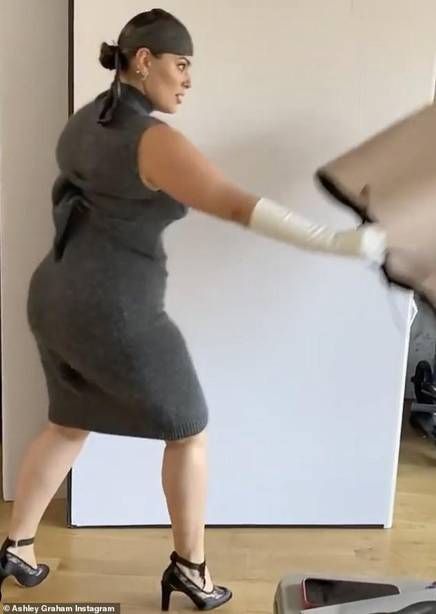 Người mẫu béo Ashley Graham tiết lộ bí quyết bảo hộ 'vòng 1' bằng... băng dính - ảnh 12