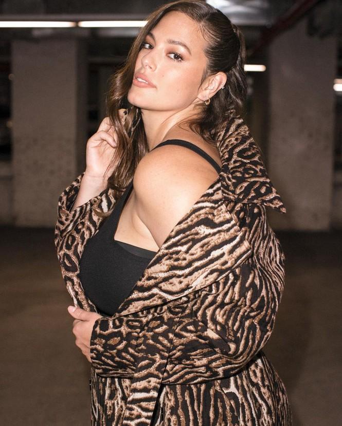 Người mẫu béo Ashley Graham tiết lộ bí quyết bảo hộ 'vòng 1' bằng... băng dính - ảnh 4