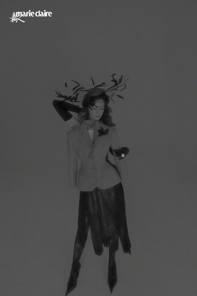 Triệu Vy quyến rũ bất ngờ 'mở hàng' Marie Claire số tân niên 2021 - ảnh 7