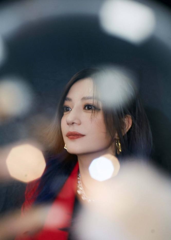 Triệu Vy quyến rũ bất ngờ 'mở hàng' Marie Claire số tân niên 2021 - ảnh 15
