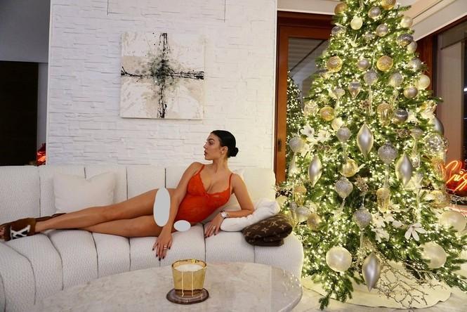 Bạn gái Ronaldo mặc áo tắm nóng bỏng - ảnh 1