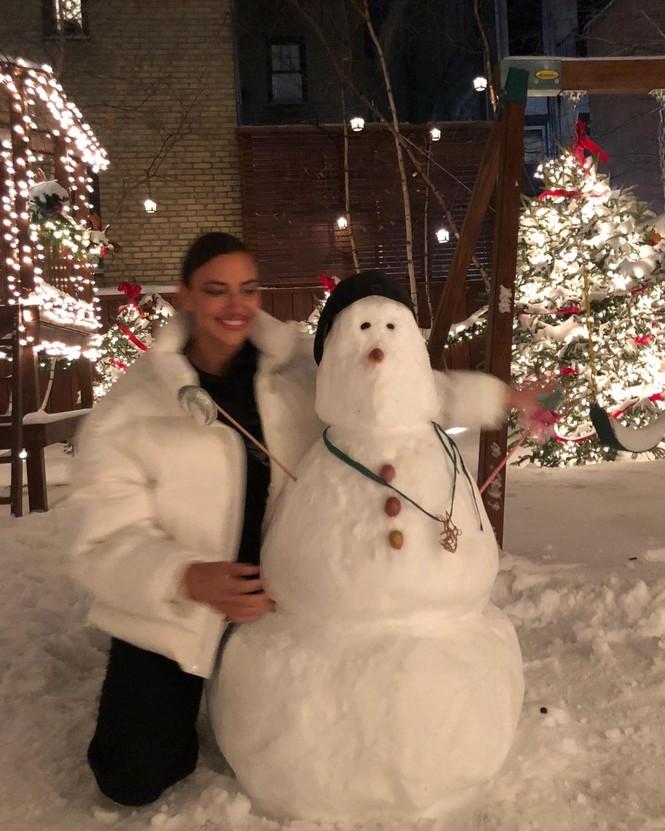 Chị em nhà Kim Kardashian mặc bốc lửa đón Noel - ảnh 10
